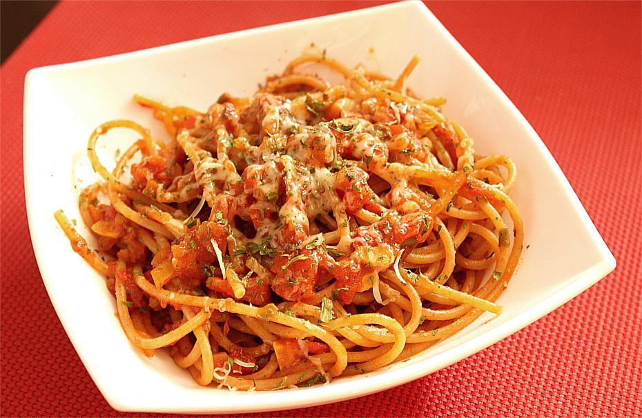Spaghetti z pomidorami, pieczoną papryką i anchois