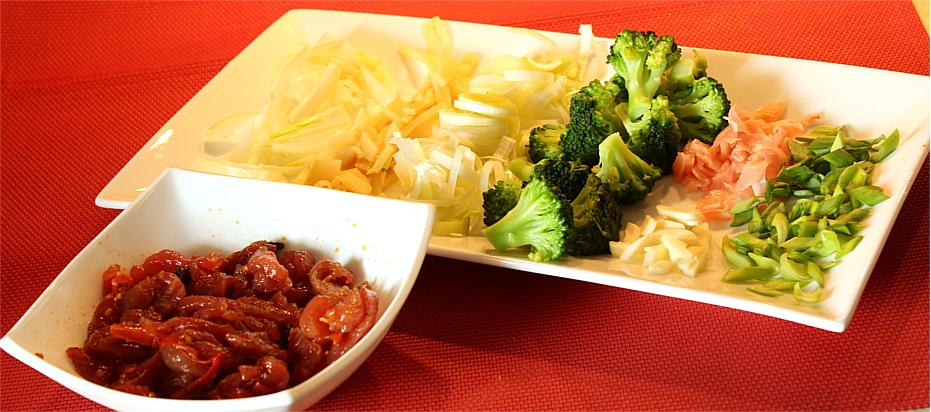 Makaron smażony z wieprzowiną i brokułami - składniki