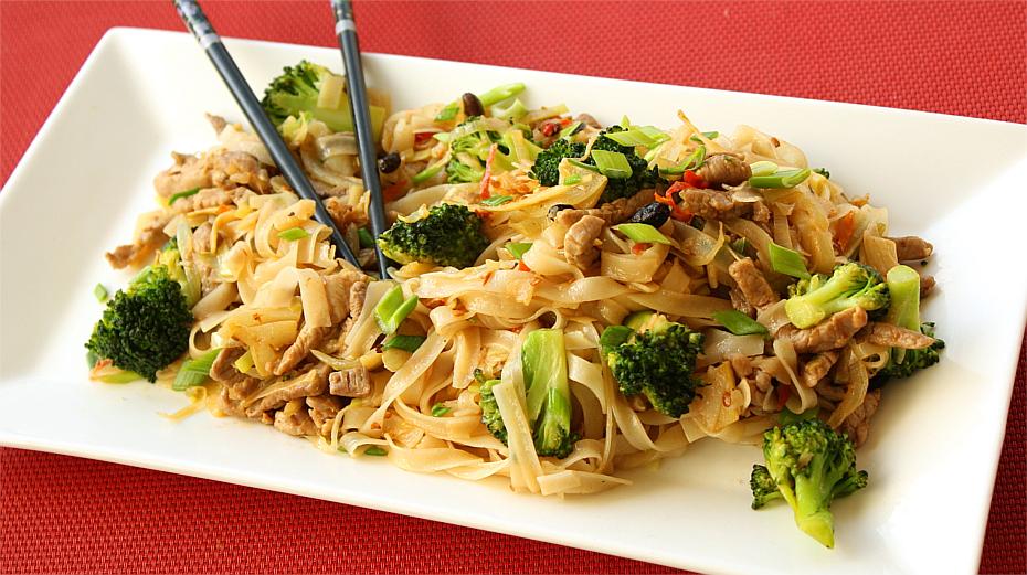 Makaron smażony z wieprzowiną i brokułami