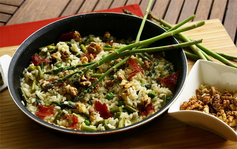 Risotto ze szparagami, groszkiem, serem pleśniowym i orzechami