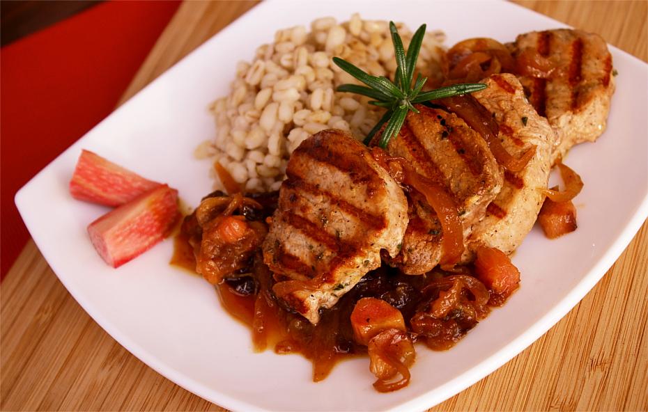 Polędwiczki wieprzowe z sosem cebulowo - rabarbarowym, z dodatkiem rozmarynu i suszonej śliwki