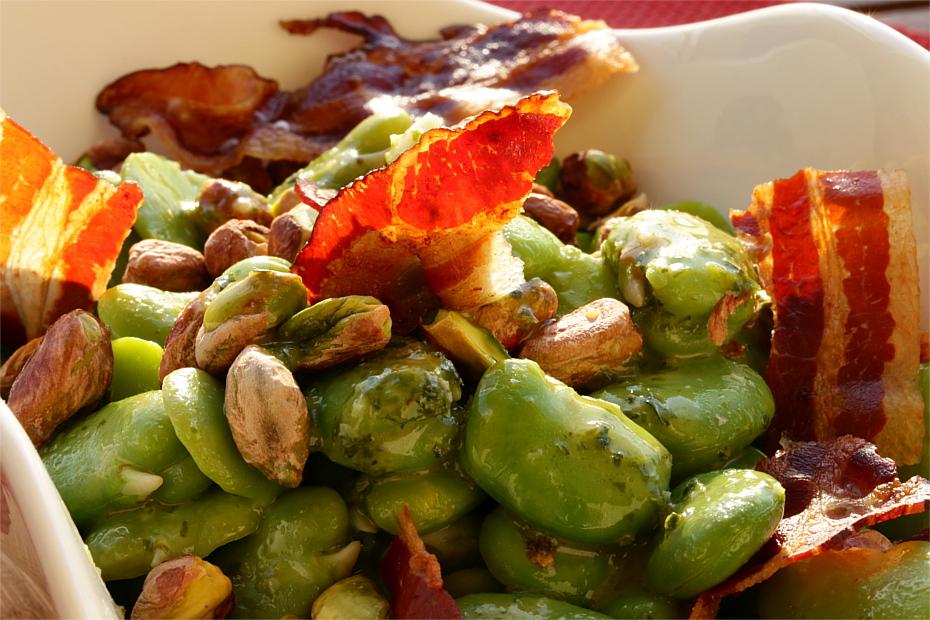 Sałatka z bobem, miętą, bazylią i pistacjami