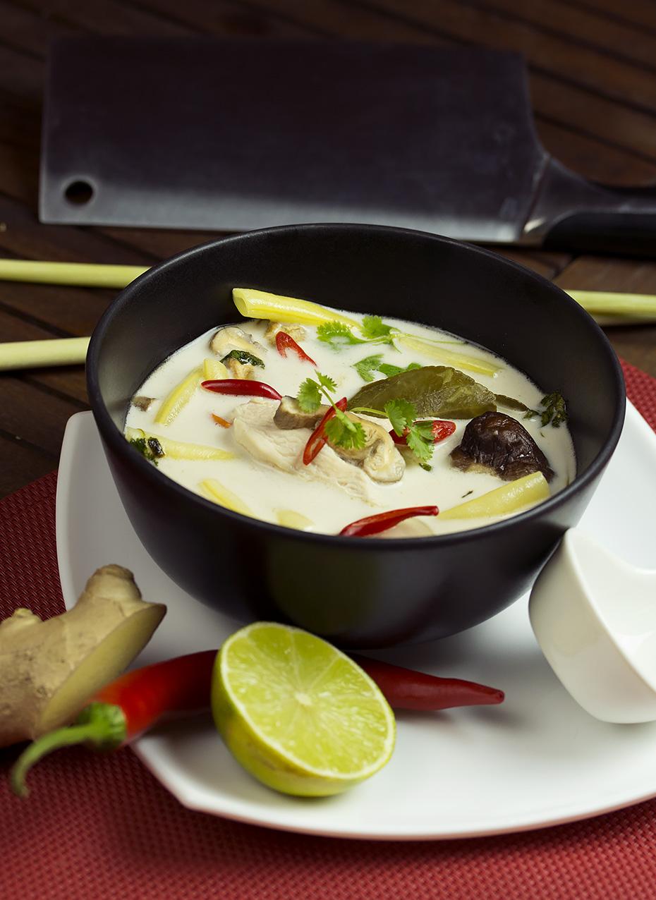 Tom kha kai, czyli łagodna zupa z kurczakiem i mlekiem kokosowym