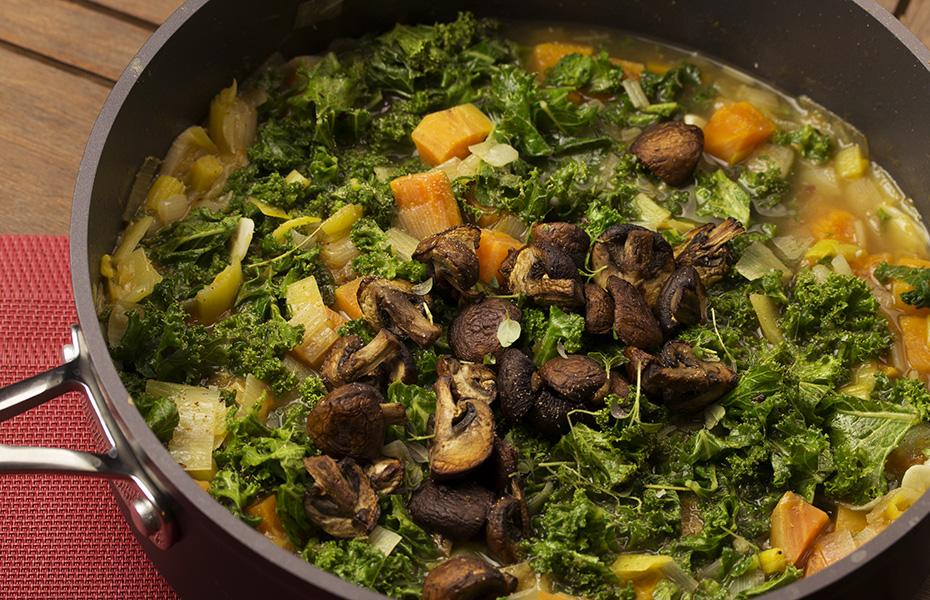Wegański gulasz z pieczarkami, batatem, jarmużem i kotletami z ciecierzycy